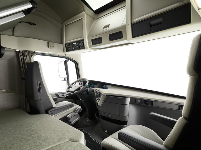 Interior volvo fh flickr photo sharing for Camion americain interieur cabine