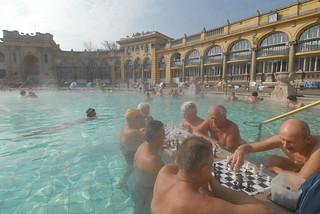 Las famosas partidas de ajedrez en el Balneario Széchenyi.