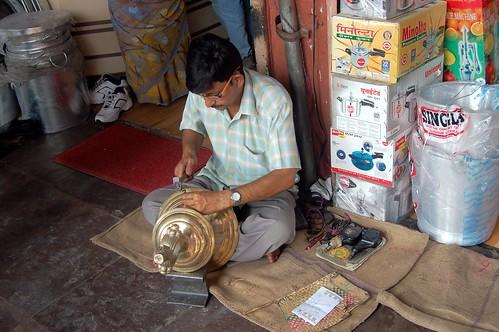 Ein Handwerker repariert einen Teekessel oder Samowar