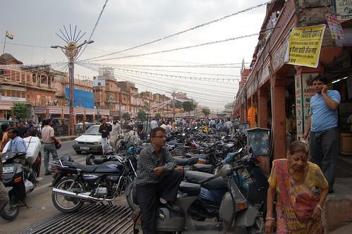 Ein Motorrad steht neben dem anderen am Eingang von Jaipur