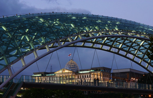 building glass architecture modern night river georgia view nacht steel flag president illumination pedestrian palace dome architektur bluehour rohr nuit fahne gebäude nite bau flagge notte brigde kura stahl nachts ночь bauten tiflis präsidentenpalast travelquiz