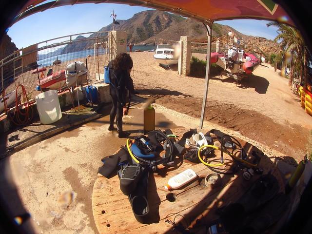 Recogiendo material en playa Morena