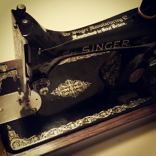 Some lucky pug is gonna get a new bed made on this 1933 hand crank #Singer ;) #mamasnewtoy