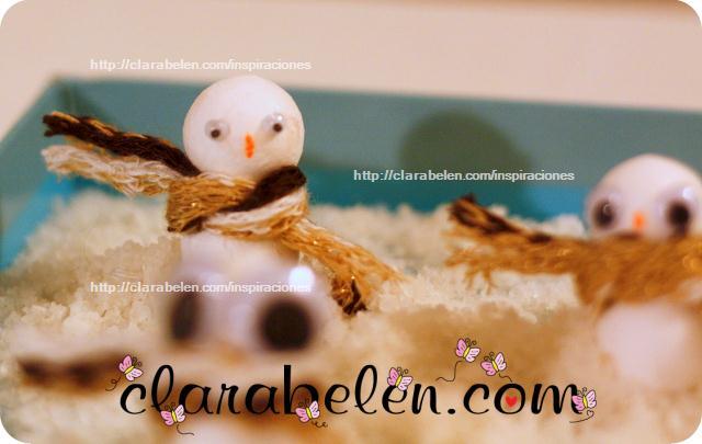 Muñecos de nieve hechos con bolas de algodón