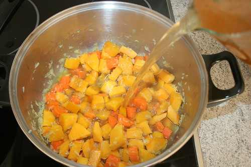 23 - Gemüsebrühe aufgießen / Pour vegetable stock