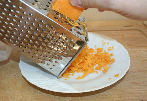26 - Cheddarkäse reiben / Shred cheddar cheese