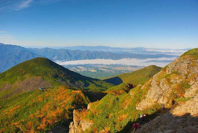 権現岳登山道から青年小屋、編笠山を見下ろす