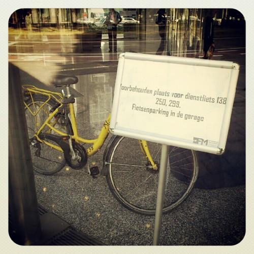 'Extralegaal voordeel: exclusieve dienstfietsparkeerplaats in de hal.' - Vlaams overheidsgebouw, Brussel, Belgie 2012