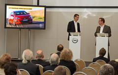 Ulrich Pfeffer und Patrick Munsch bei der Präsentation der neuen Opel Astra-Familie