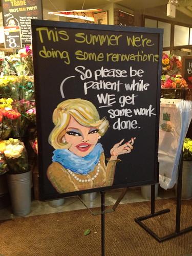 Whole Foods Market(ちょい高級スーパー)では、内装工事のお知らせが粋なマダムのイラストつき。
