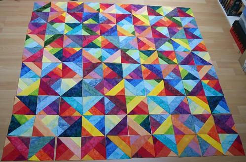Jelly-Rainbow Quilttop ausgelegt
