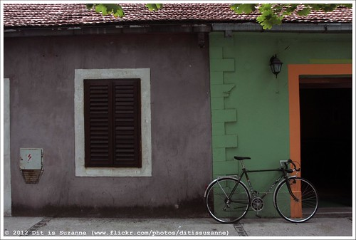 img7254 ©ditissuzanne canoneos40d sigma18250mm13563hsm montenegro черногория cernagora црнагора никшич nikšić raam window окно дверь deur door wielrenfiets racefiets fiets велосипед bike luik views200