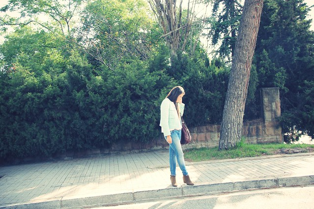 Look camiseta + chaqueta tweed + basicos