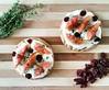Tartellette con crema di robiola e miele, fichi, mirtilli rossi e timo. Ricetta su Bettinaincucina.com ☆ ☆