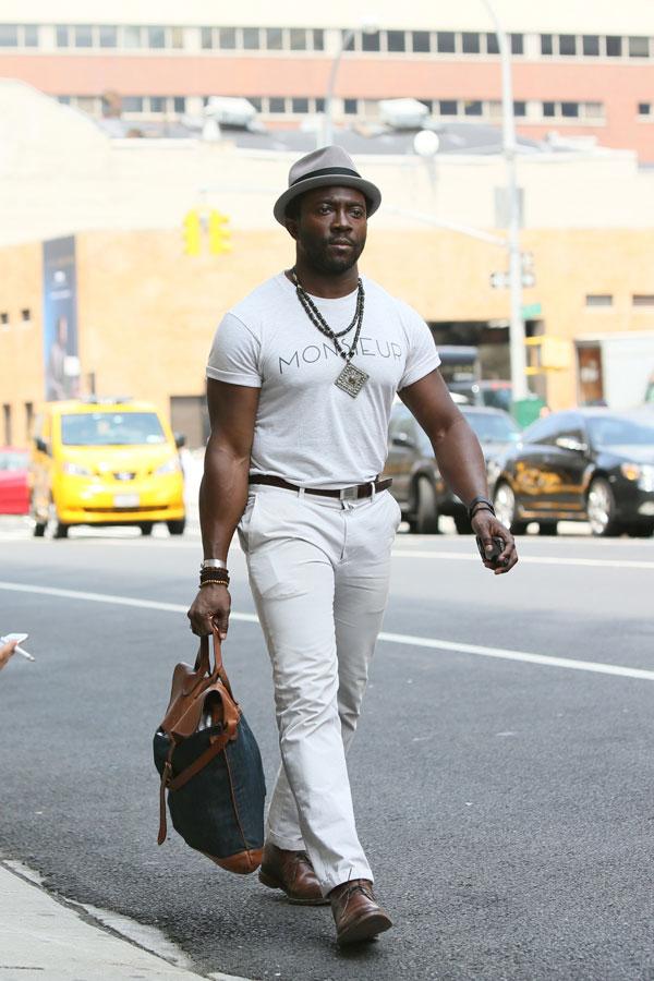 グレーソフトハット×白Tシャツ×白パンツ×ブラウンチャッカブーツ