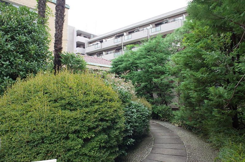 旧江戸川乱歩邸入口から洋館受付に向かう小径