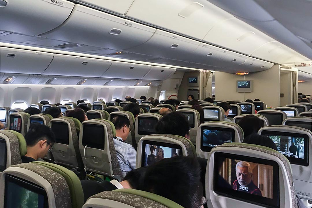 陳虹瑾:「吼喔……!」群眾發出鼓譟,晚間11點20分,飛機降落香港赤臘角國際機場 ,乘客給予零星鼓掌。