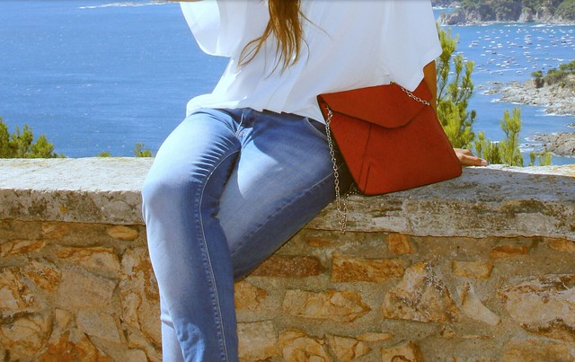 Look blanco + denim + Rojo