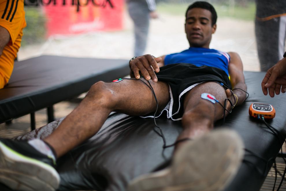 Después de los masajes muchos atletas optaban por la electroestimulación muscular, un proceso que causa contracción de los músculos con pequeñas descargas eléctricas. (Tetsu Espósito)