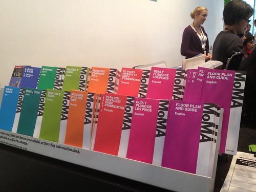 MoMAのパンフレットはグラデーション。
