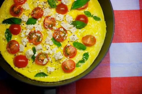 Omelett med fetaost och tomater