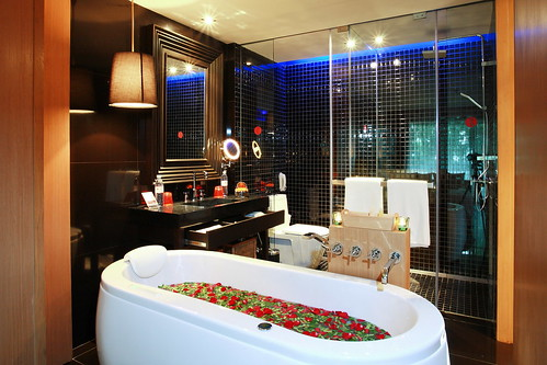 Deluxe Jacuzzi Bathroom 1