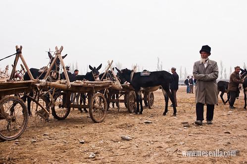 Uigur, amb el barret tradicional, al mercat de Kashgar