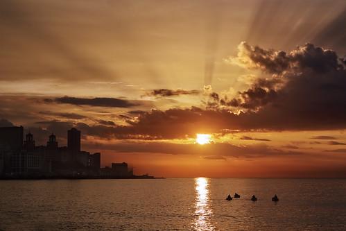 city light sunset sea sky sun luz sol clouds canon atardecer mar cuba ciudad cel cielo nubes 7d puestadesol habana 2012 ciutat malecón nuvols lahabana postadesol alfons 2470f28lusm alfonstr wwwalfonstrigascom mcrost