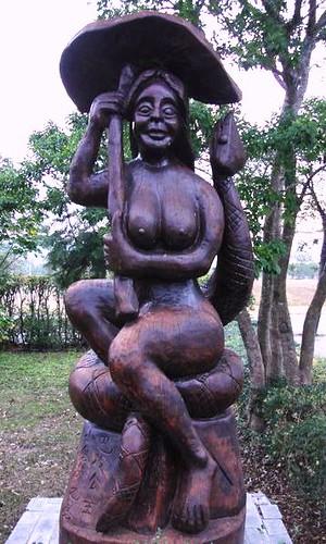巴冷公主與她的百步蛇蛇郎君塑像。