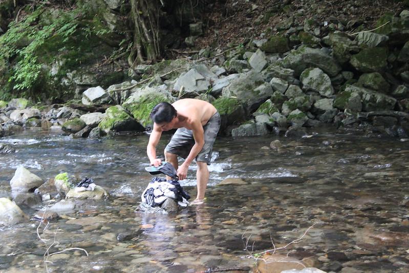 洗濯する本田さん