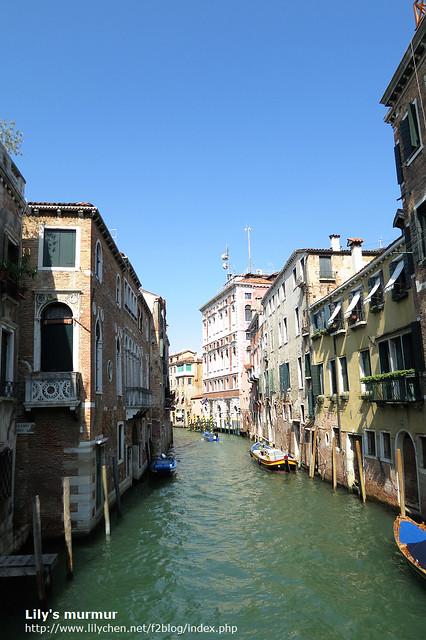 這讓我想到「我家門前有小河...」(我忘記歌名了!)這首歌,不過對威尼斯人來說,後面應該不是山坡也是小河吧。但正確的來說,那是海不是河。