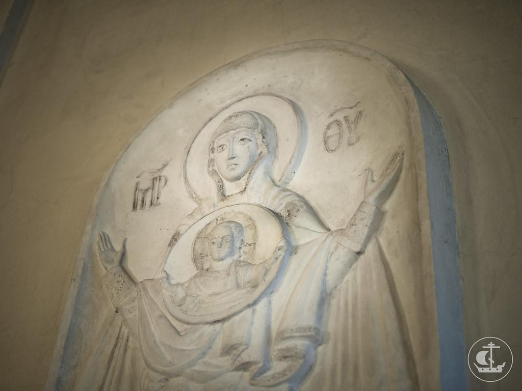 Барельеф, выполненный прихожанином храма Леонидом
