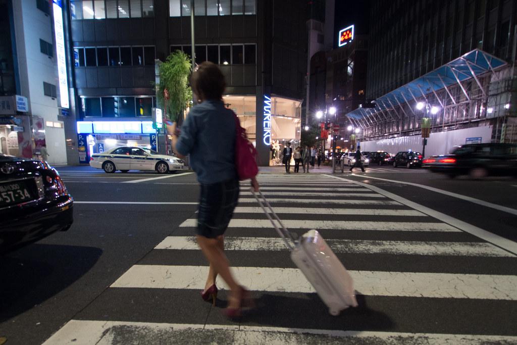 キャリーバッグを持つ女性 2012/10/09 OMD90214