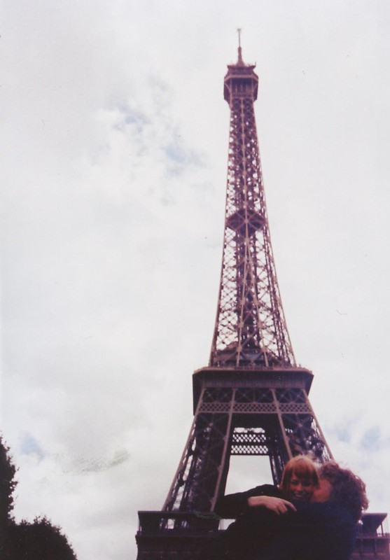 LE LOVE BLOG LOVE STORY LOVE PHOTOS LOVE QUOTES LOVE INSPIRATION ADVICE HELP ROMANTIC KISS IN FRONT OF EIFFEL TOUR PARIS FRANCE eiffel by Oliver Baldwin , on Flickr