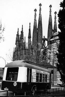 Bibliobús ante la Sagrada Familia de Barcelona