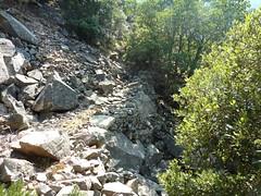 Chemin de la Montagne aux Plages en Haut-Cavu : vieux soutènements et nouveau maquis