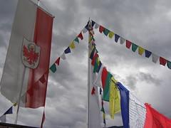Gebetsfahnen auf dem Turm des Messner Mountain Museums in Brunneck