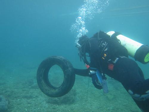 潛水志工淨海,撿到沈在海底的廢棄輪胎