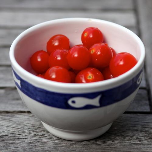 Tomates cerises dans un bol