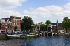 Vue sur la rivière Amstel et le Pont Walter Suskind