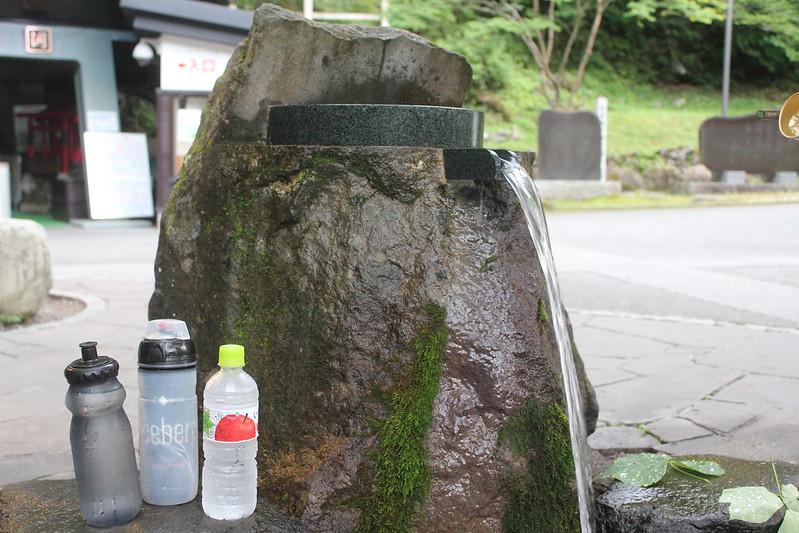 湧き水を汲む