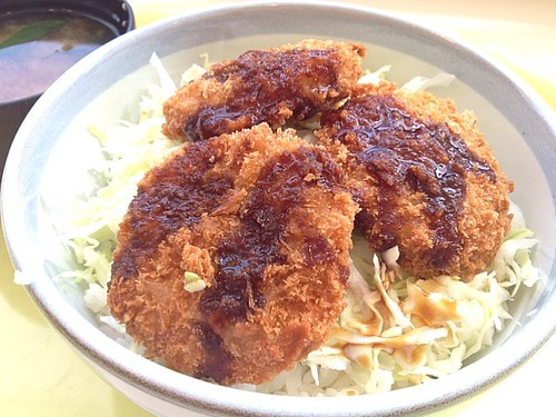 今日の社食はソースチキンカツ丼。390円。