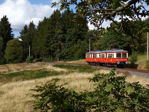 Nahe Cursdorf sind die Triebwagen auf der Flachstrecke unterwegs entlang der Höhen des Thüringer Waldes