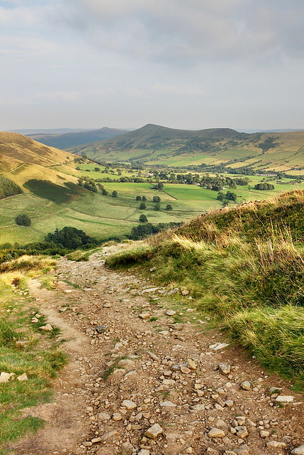 peak district landscape photo in the hope valley from grindslow knoll