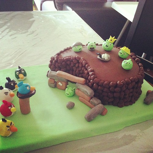 Angry birds birthday cake by L'Atelier De Ronitte by l'atelier de ronitte