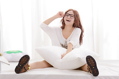 [Free Images] People, Women - Asian, T-Shirt, Women - Sit, Taiwanese People, Glasses ID:201210062200