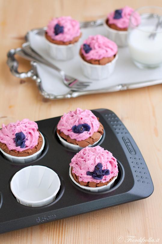 Cupcakes al cioccolato fondente e lavanda con frosting alla barbabietola