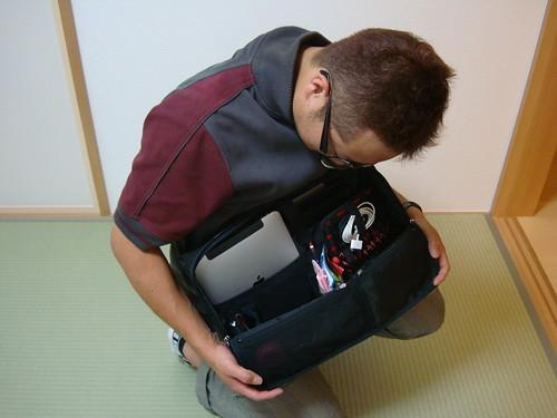 ついに来たぞ!ペン立てのような「ひらくPCバッグ」開封の儀&とれるカメラバッグと徹底比較!