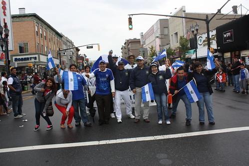el consul encabezando el desfile