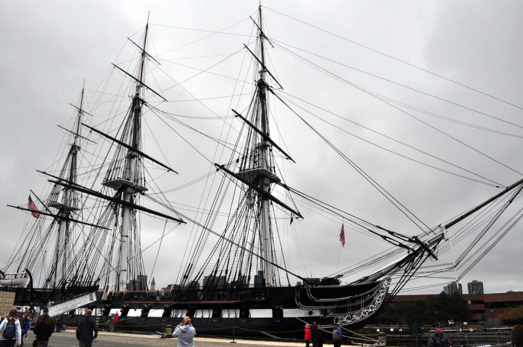 """El """"Sendero de la Libertad"""" no trae ahora a través un puente de Charlestown hacia el Navy Yard. Este fue uno de los primeros astilleros del país, creado para fabricar una fuerza naval capaz de hacer frente y rivalizar a los británicos. El USS Constitución, construido en 1797 y el más antiguo buque de guerra de la Marina de los Estados Unidos, está amarrado aquí. Posiblemente, el buque más famoso de los Estados Unidos de América, que ganó no menos de 42 combates, no perdió ninguno y nunca fue capturado por el enemigo."""